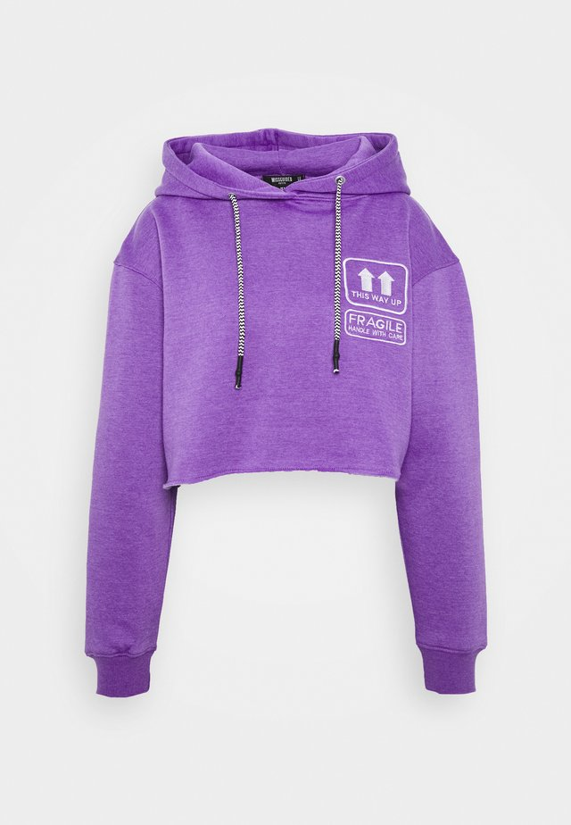GRAPHIC CROP HOODIE - Bluza z kapturem - purple