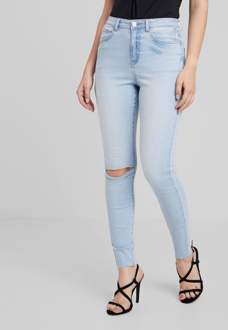 Missguided Petite - SINNER SINGLE KNEE - Jeans Skinny Fit - stonewash