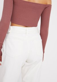 Missguided Petite - WHITE RIOT FRONT SEAM SELF BELT - Slim fit jeans - white - 3
