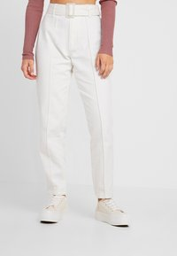 Missguided Petite - WHITE RIOT FRONT SEAM SELF BELT - Slim fit jeans - white - 0