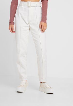 WHITE RIOT FRONT SEAM SELF BELT - Džíny Slim Fit - white