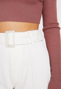 Missguided Petite - WHITE RIOT FRONT SEAM SELF BELT - Slim fit jeans - white - 5