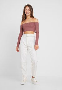 Missguided Petite - WHITE RIOT FRONT SEAM SELF BELT - Slim fit jeans - white - 1