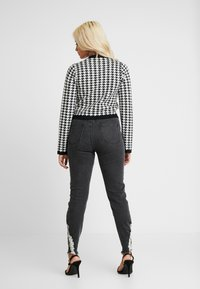 Missguided Petite - SINNER RIP KEY SHOUT - Jeans Skinny Fit - washed black - 2
