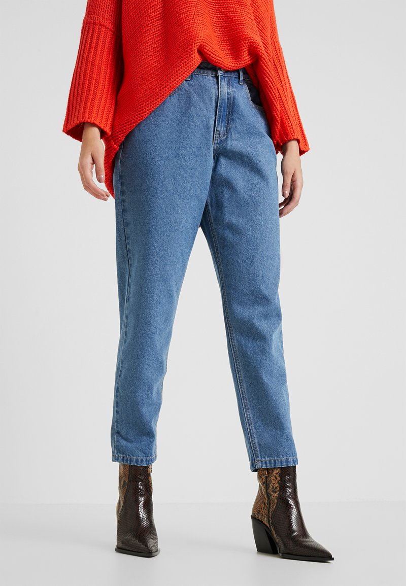 Missguided Petite - RIOT HIGH WAISTED MOM - Relaxed fit jeans - blue