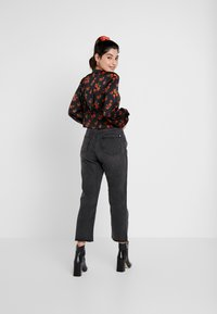 Missguided Petite - WRATH HIGH WAISTED DOUBLE SLIT RIP - Jeansy Straight Leg - washed grey - 2