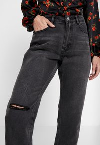 Missguided Petite - WRATH HIGH WAISTED DOUBLE SLIT RIP - Jeansy Straight Leg - washed grey - 6