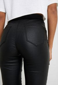 Missguided Petite - VICE HIGHWAISTED COATED ZIP POCKET - Jeans Skinny Fit - black - 4