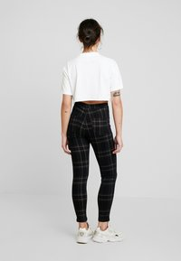 Missguided Petite - VICE CHECKED HIGHWAISTED  - Jeans Skinny Fit - black - 2