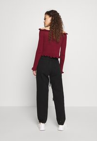Missguided Petite - RIOT HIGH RISE EXTREME RIPPED MOM JEANS - Jeans Relaxed Fit - black - 2