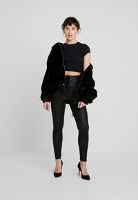 Missguided Petite - VICE COATED  - Pantalones - black - 2