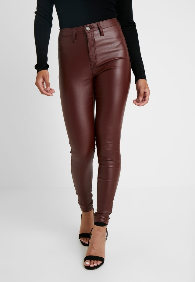 HIGHWAISTED COATED - Jeansy Skinny Fit - burgandy