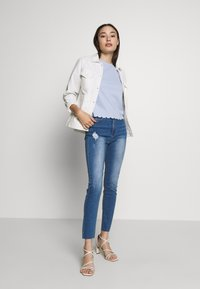 Missguided Petite - SINNER CLEAN DISTRESS - Jeans Skinny Fit - blue - 1