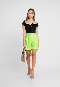 Missguided Petite - SELF FABRIC BELTED CITY - Shorts - lime - 1