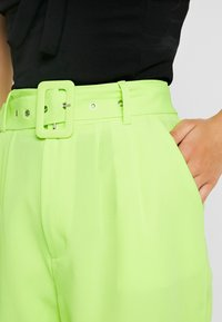 Missguided Petite - SELF FABRIC BELTED CITY - Shorts - lime - 4