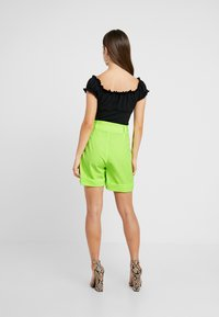 Missguided Petite - SELF FABRIC BELTED CITY - Shorts - lime - 2
