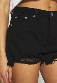 Missguided Petite - EXTREME FRAY HEM RIOT - Jeans Shorts - black - 4