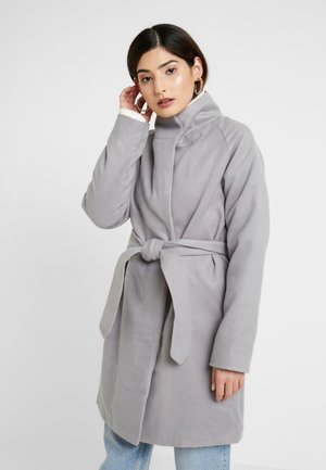 HOODED CHUCK ON BELTED COAT - Zimní kabát - grey