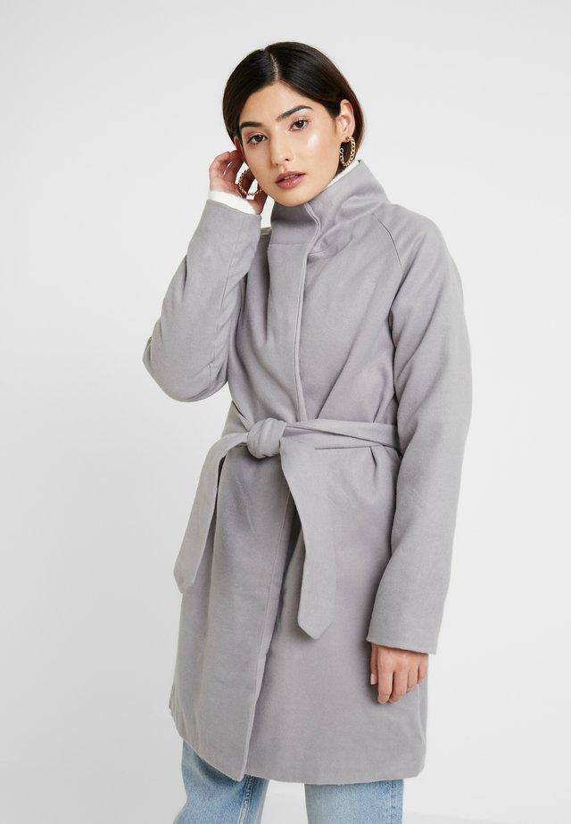 HOODED CHUCK ON BELTED COAT - Wollmantel/klassischer Mantel - grey