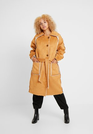 REVERSIBLE BELTED TRENCH WITH BORG DETAIL - Veste d'hiver - brown