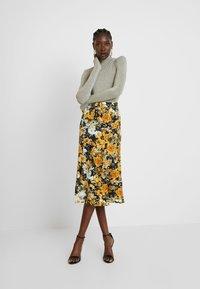 Moss Copenhagen - BRISTOL LEIA SKIRT - Falda larga - black/yellow/white - 1
