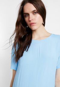 Moss Copenhagen - PIA MIRAM DRESS - Robe d'été - alaskan blue - 4