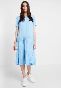Moss Copenhagen - PIA MIRAM DRESS - Robe d'été - alaskan blue - 0
