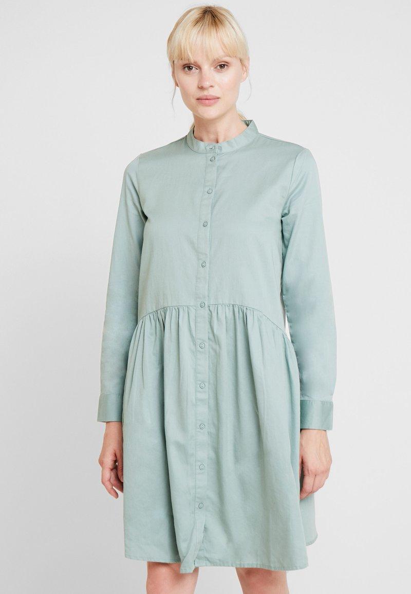 Moss Copenhagen - NORY DRESS - Skjortekjole - chinois green