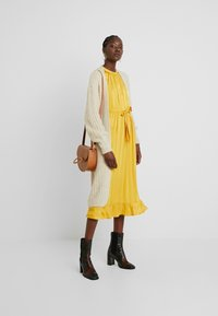 Moss Copenhagen - NENNA DRESS - Skjortekjole - yellow - 2