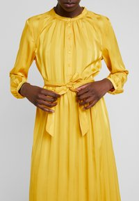 Moss Copenhagen - NENNA DRESS - Skjortekjole - yellow - 6