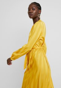 Moss Copenhagen - NENNA DRESS - Skjortekjole - yellow - 4
