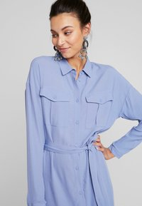 Moss Copenhagen - IDINA GENNI DRESS - Skjortekjole - colony blue - 3