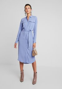 Moss Copenhagen - IDINA GENNI DRESS - Skjortekjole - colony blue - 1