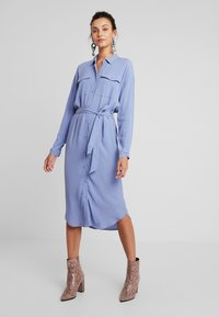 Moss Copenhagen - IDINA GENNI DRESS - Skjortekjole - colony blue - 0