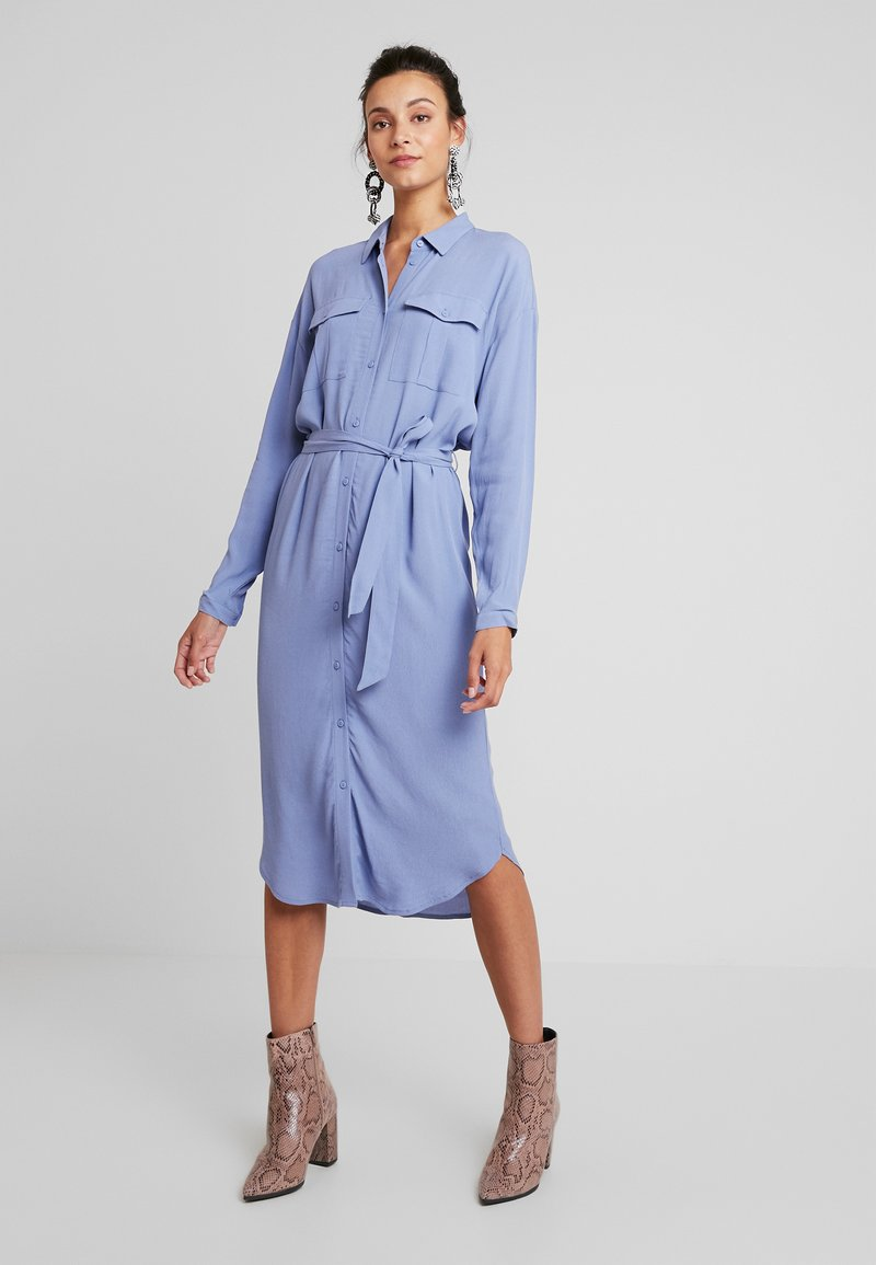 Moss Copenhagen - IDINA GENNI DRESS - Skjortekjole - colony blue