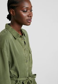 Moss Copenhagen - ROSANNA DRESS - Shirt dress - lichen green - 4