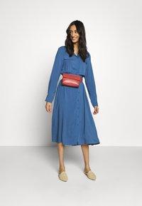 Moss Copenhagen - CADDY BEACH DRESS - Košilové šaty - blue horizon - 1