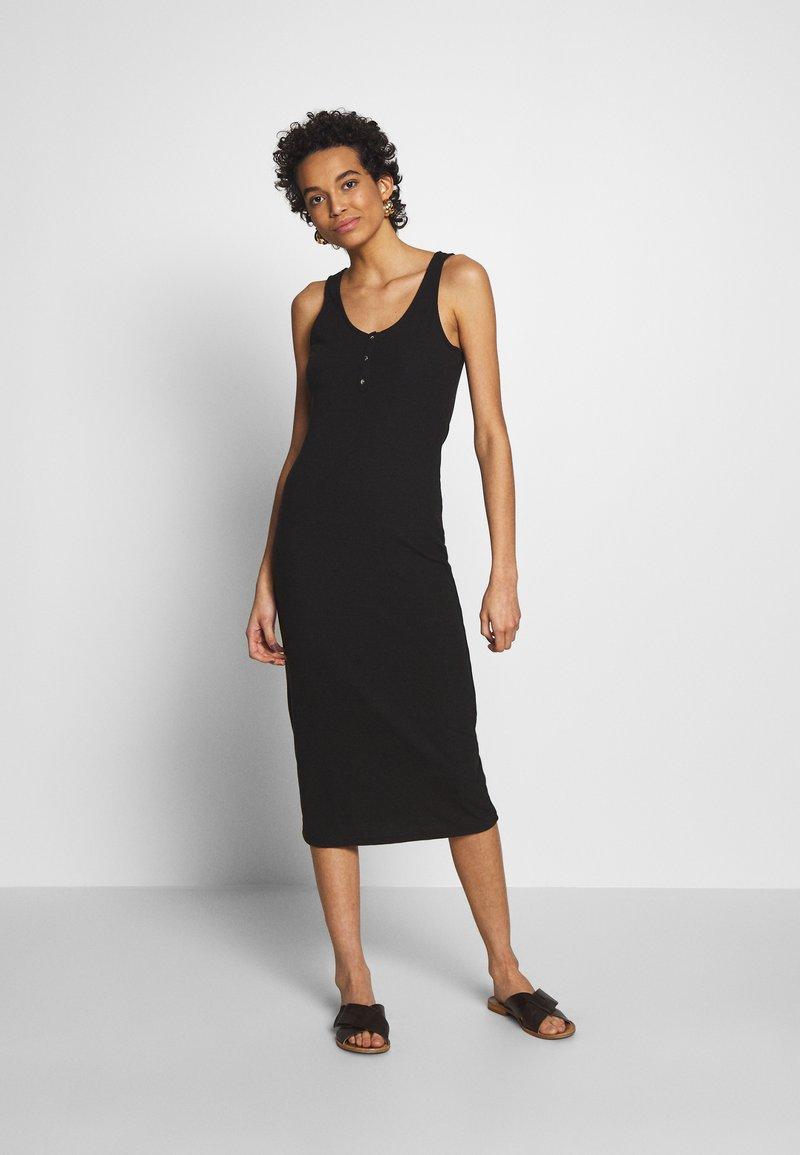 Moss Copenhagen - EIREEN JANE MIDI DRESS - Strikket kjole - black