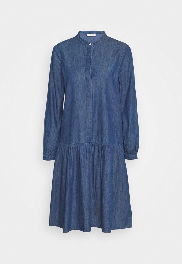 RIDA LYANNA DRESS - Robe en jean - mid blue wash