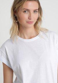Moss Copenhagen - ALVA PLAIN TEE - T-shirts - white - 4