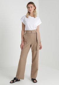 Moss Copenhagen - ALVA PLAIN TEE - T-shirts - white - 1