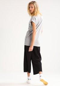 Moss Copenhagen - ALVA PLAIN TEE - T-shirt basic - light grey melange - 2