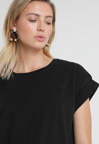Moss Copenhagen - ALVA PLAIN TEE - T-shirts - black - 4