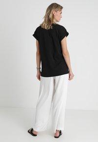 Moss Copenhagen - ALVA PLAIN TEE - T-shirts - black - 2