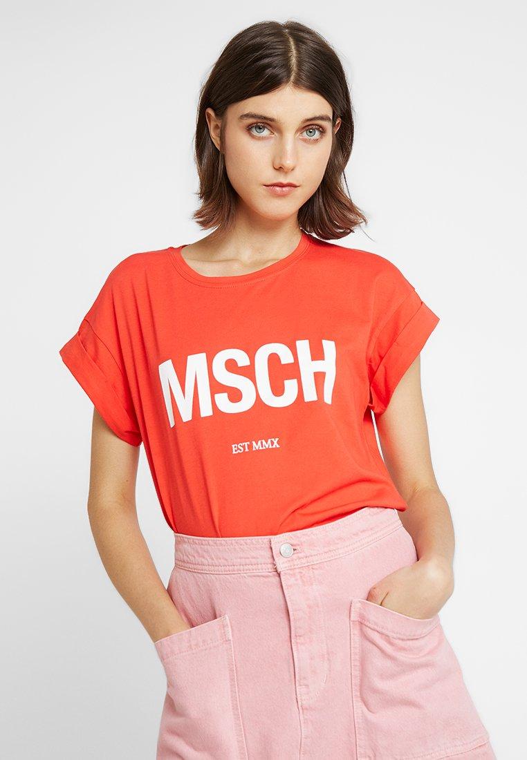 Moss Copenhagen - ALVA EST TEE - Print T-shirt - poppy red/white
