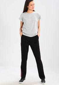 Moss Copenhagen - ALVA TEE - T-shirts - mottled light grey - 1