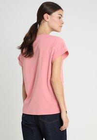Moss Copenhagen - ALVA TEE - T-shirts - brandied apricot - 2