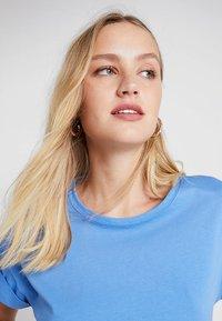 Moss Copenhagen - ALVA TEE - T-shirts - marina - 3