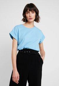 Moss Copenhagen - ALVA TEE - T-shirts - alaskan blu - 0