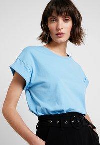 Moss Copenhagen - ALVA TEE - T-shirts - alaskan blu - 3